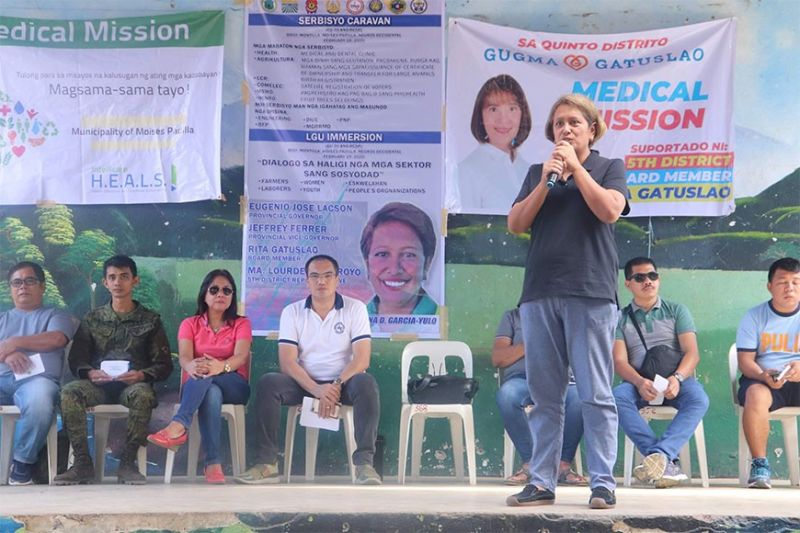 "NEGROS. Mayor Ella Celestina Yulo-Garcia leads the ""Serbisyo Caravan"" together with the different government agencies in Brgy Montilla, Moises Padilla on February 18, 2020. (Contributed photo)"