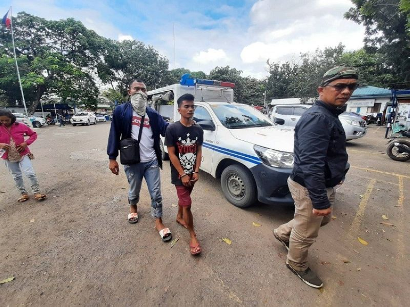 CEBU. Nasikop sa mga sakop sa City Mobile Force Company si Ariel Arriesgado Cuyos, 23, human malutsig ang warrant of arrest sa kasong rape. (Hulagway iya ni Arnold Bustamante)