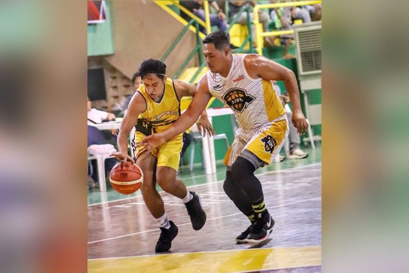 BATTLE-GROUND.  KCS' Froilan Maglasang tries to get control of the ball in their game against ASPA on Tuesday at the Cebu City Sports Institute. (Sunstar Photo / Amper Campaña)
