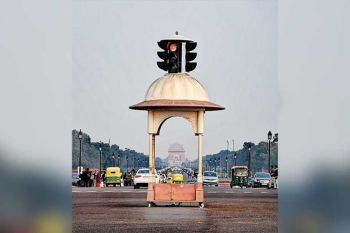 India gate taken while the traffic light was red. (Photo by Grace M. Avanzado)