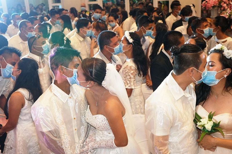 """BACOLOD. Despite the Covid-19 scare, 220 couples tie the knot at the Bacolod mass wedding, officiated by Mayor Evelio Leonardia Thursday, February 20, 2020. The couples exchanged """"I dos"""" and kissed each other while wearing masks distributed by the City Health Office (CHO). (Photo by City PIO)"""