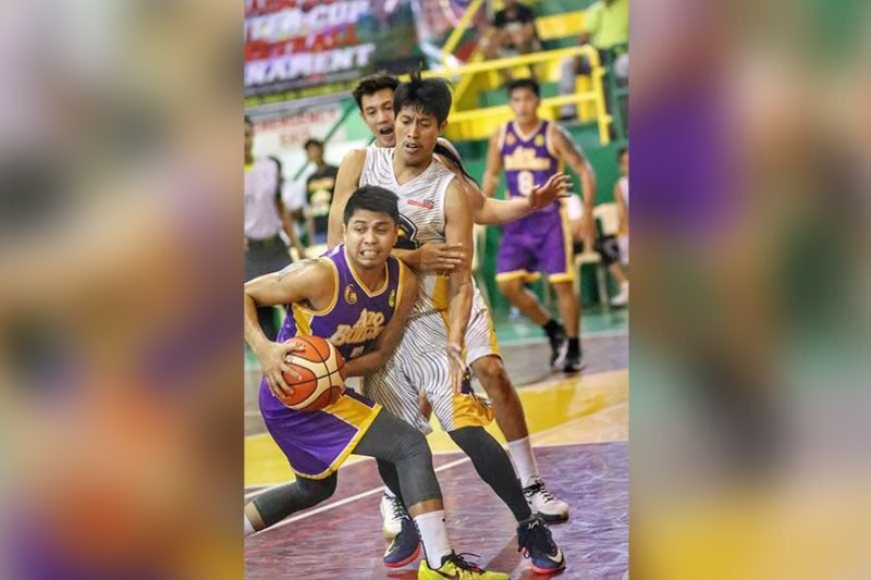 HELP NEEDED. ARQ-KSB guard Russell Moneva looks for a teammate as he is mobbed by Aspa's interior defense. (SunStar Photo / Amper Campaña)