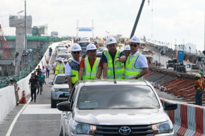 PAMPANGA. DPWH Secretary Mark Villar and NLEX Corporation president and general manager J. Luigi Bautista led on Friday, February 21, 2020, the opening and inaugural drive thru of the NLEX Harbor Link Malabon Exit. Joining them are Malabon City Mayor Antolin Oreta and Caloocan City Mayor Oscar Malapitan.- Chris Navarro