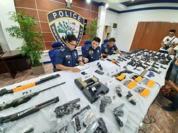 NASAKMIT. Mokabat sa 289 ka armas ang nasakmit sa 72 oras nga Sempo. Ang 186 nasakmit sa Cebu Police Provincial Office ug 103 sa Cebu City Police Office. (Hulagway kuha ni Arnold Bustamante)