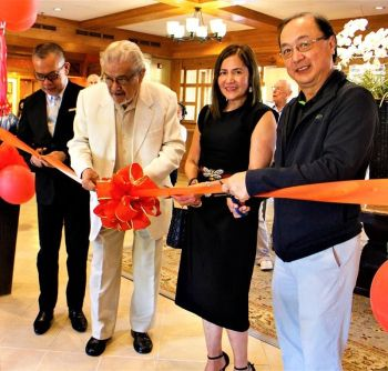 "BAGUIO. World renowned artist Allan Cosio in his New Large-Scale Works. At the ribbon cutting were GM Ramon Cabrera, Baguio First Lady Arlene Magalong, and Executive Vice President of Camp John Hay Development Corp. Alfredo ""Boysie"" Yniguez. (Photo by Osharé)"