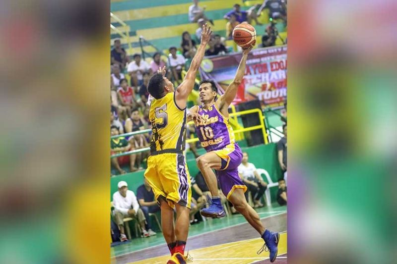 AGELESS. Jercules Tangkay challenges the defense of Vincent Minguito. (SunStar Photo / Amper Campaña)
