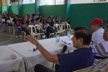ADVICE. Cebu City North District Rep. Raul del Mar (left) tells barangay health workers from 17 villages that they should have settled the non-release of their honorarium amicably instead of filing a case against city health officials during an assembly at the Barangay Apas Gym on Saturday, Feb. 22, 2020. (SunStar Photo / Alex Badayos)