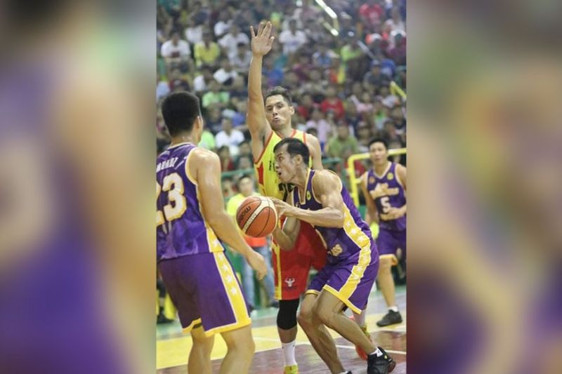 Cebuano basketball legends Jojo Tangkay and Dondon Hontiveros clash in a rare oncourt showdown. (Amper Campaña)
