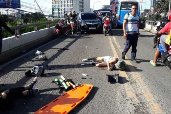 AKSIDENTE SA MOTOR: Gitabang ang batan-ong manag-uyab human sila nabangga sa laing motor didto sa flyover sa Archbishop Reyes Ave., Cebu City, alas 6:45 sa buntag, Lunes, Pebrero 24, 2020. (Tampo ni Ariel Abadenes)