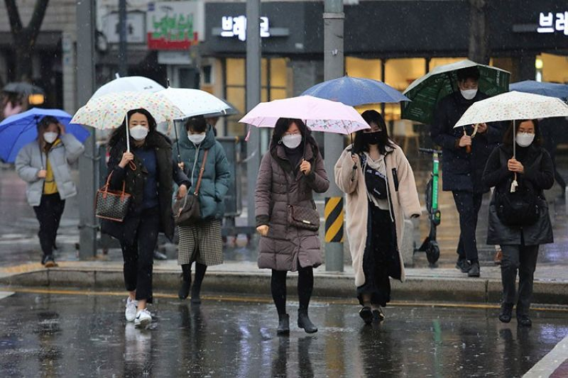 SOUTH KOREA. People wearing face masks walk on a street in Seoul, South Korea, Tuesday, February 25, 2020. (AP)