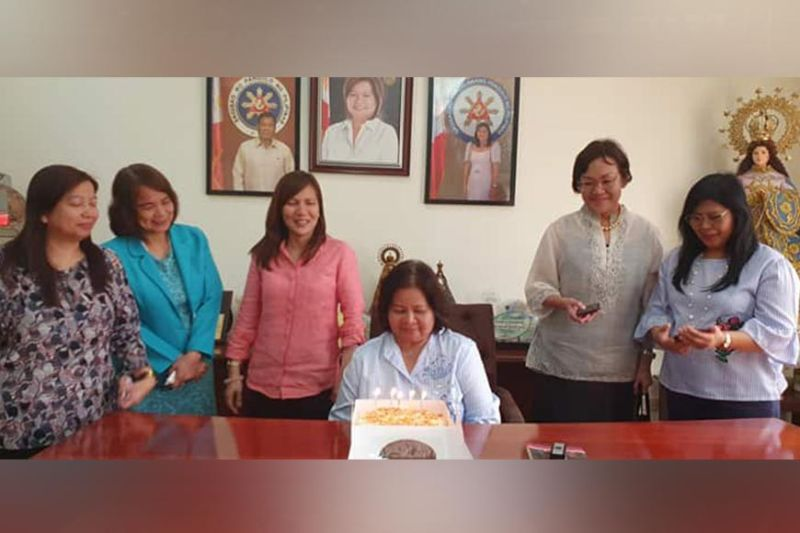 PAMPANGA. Pampanga Vice Governor Lilia Pineda who recently celebrated her natal day received a birthday cake from female judges of the Regional Trial Court of San Fernando during Monday's visit to the vice-governor. (Chris Navarro)