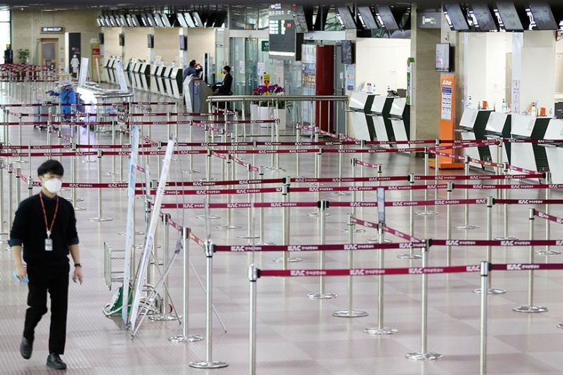 EMPTY. A man wearing a face mask passes by empty ticket counters at the Daegu Airport in Daegu, South Korea, Monday, Feb. 24, 2020. South Korea reported a jump of Covid-19 cases to 893 as of Tuesday, Feb. 25, 2020. (AP Photo)