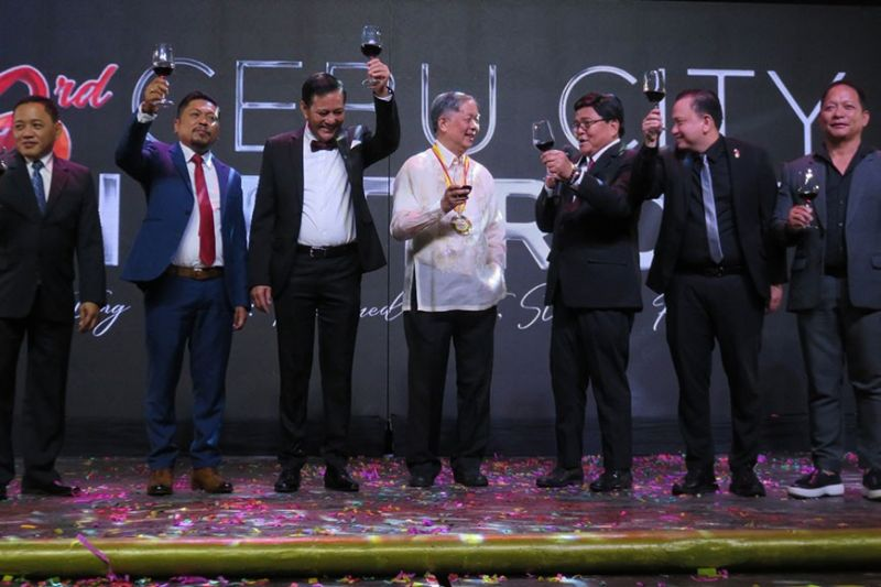 """MAGNIFICENT MOJARES. National Artist for Literature Dr. Resil Mojares (center) gets a toast from Cebu City leaders led by Mayor Edgardo Labella (fifth from left) as he is the recipient of the Order of Rajah Humabon during the 83rd Charter Day awarding ceremony at Waterfront Cebu City Hotel and Casino in Barangay Lahug on Monday night, Feb. 24, 2020. Mojares is the founder and pioneering director of University of San Carlos-Cebuano Studies Center. He authored several books including """"House of Memory,"""" """"Isabelo's Archive,"""" """"Brains of the Nation: Pedro Paterno, T.H. Pardo de Tavera, Isabelo de los Reyes and the Production of Modern Knowledge"""" and """"War against the Americans: Resistance and Collaboration in Cebu, 1899–1906,"""" among others. (Sunstar Photo / Allan Cuizon)"""
