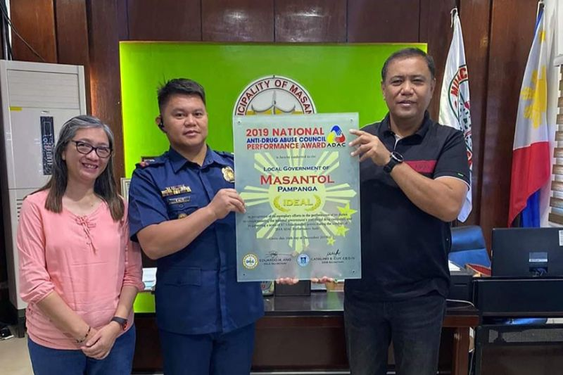 PAMPANGA. Mayor Danilo Guintu, Chief of Police Major Elias Tait and MLGOO Mariel Estacio present the 2019 National ADAC Performance Award received by the local government. (Princess Clea Arcellaz)