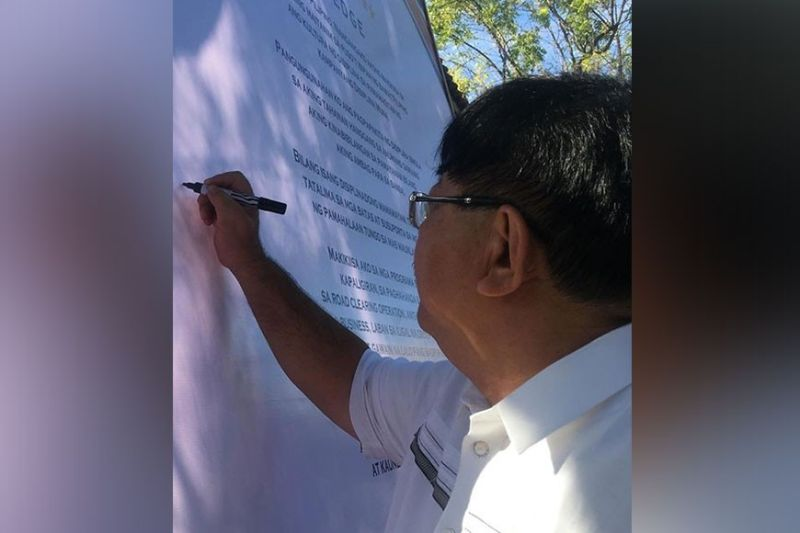 PAMPANGA. Mayor Dante Torres signs his support for the discipline campaign of the DILG. (Ian Ocampo Flora)