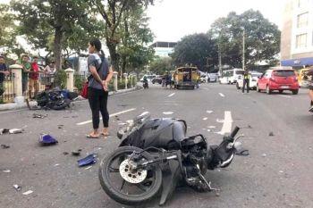 BANGGA: Pwerteng gubaa sa Mio scooter nga mibangga sa usa ka PUJ sa may Fuente Osmeña rotunda sa Miyerkules sayo sa buntag. (Benjie B. Talisic)