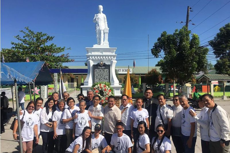 PAMPANGA. Mayor Diman Datu joins local officials and descendants of the Galura clan after the honor rites in front of the late hero's monument. (Ian Ocampo Flora)