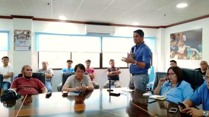GIATUBANG. Nakig-atubang si Mayor Richard Gomez sa mga sand and gravel permit holder gumikan sa mga nadawat nga report sa sobrang sand and gravel operations. (Hulagway gikan sa Sangguniang Panlungsod of Ormoc)