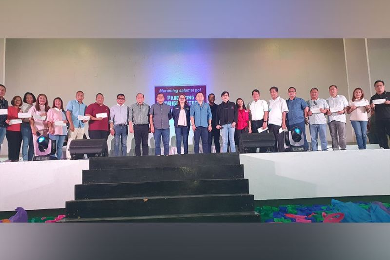 AKLAN. Senator Christopher Lawrence Go (center) poses with the 17 mayors and Aklan Provincial Government officials during the distribution of cash assistance for victims of Typhoon Ursula. (Jun N. Aguirre)
