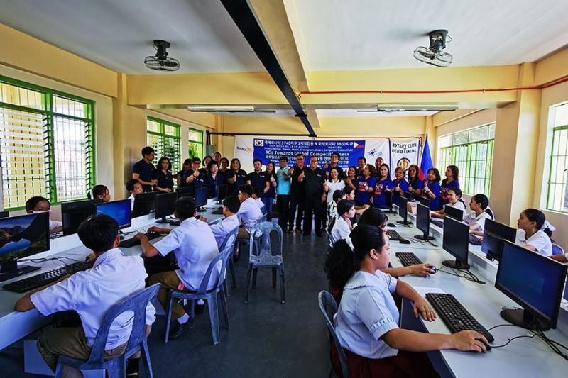 NEGROS OCCIDENTAL. The Rotary Club of Bacolod Central and their partners rejoice at the turn over of the computer and speech laboratory Friday, February 28. (Contributed photo)