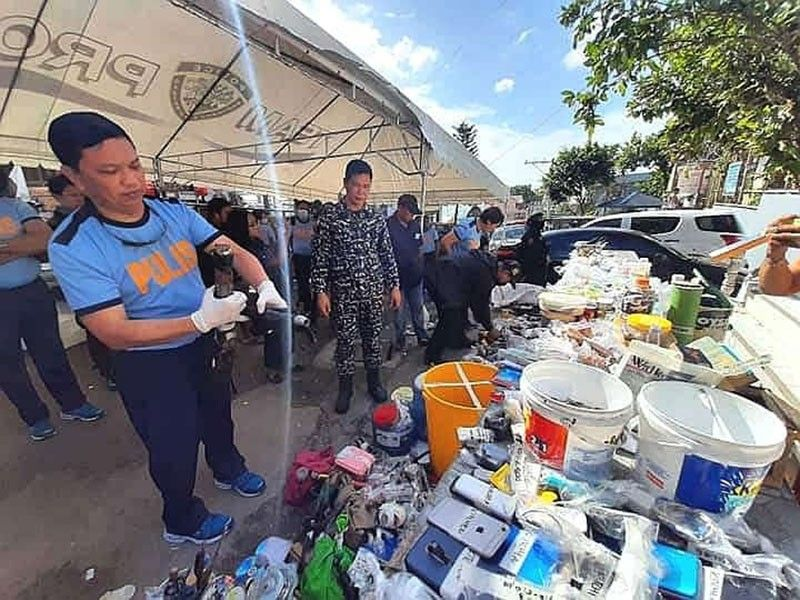 GREYHOUND. Police Regional Office-Central Visayas director Albert Ignatius Ferro (left) inspects the contraband they confiscated from inmates of the Cebu City Jail. / SunStar Photo / Benjie B. Talisic