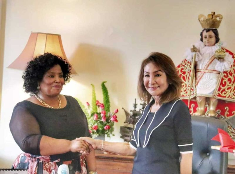 POTENTIAL TRADE PARTNER. South African Ambassador to the Philippines Radebe Netshitenzhe (left) pays a courtesy visit to Cebu Gov. Gwendolyn Garcia in her recent visit to Cebu. While still new in her assignment in the Philippines, Netshitenzhe already wants to build a strong network in the country's second biggest market. (SUNSTAR FILE)