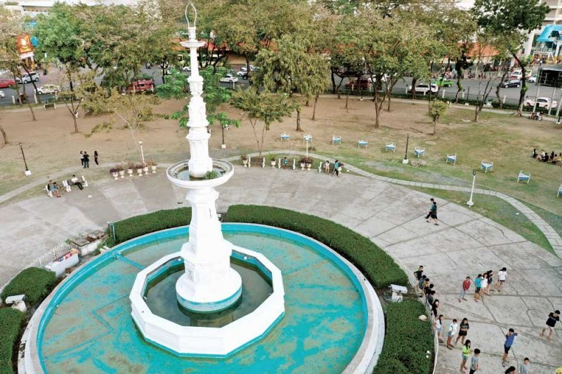 """NEW TOURIST ATTRACTION: The Cebu City Government, in coordination with the Metropolitan Cebu Water District, will convert the fountain inside the Fuente Osmeña Circle into a dancing musical fountain. According to Mayor Edgardo Labella, the move will """"showcase that there is water in Cebu City."""" (SUNSTAR FOTO / ALLAN CUIZON)"""