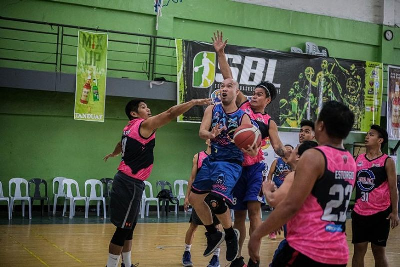 A player from the Gwapitos tries to get past the defense of Melro Brokerage. / Contributed