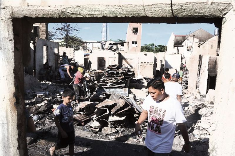 FIRE AFTERMATH. Residents visit the area in Barangay Ibabao-Estancia in Mandaue City which was hit by a fire last Feb, 29, 2020.  (Sunstar Photo /allan Cuizon)