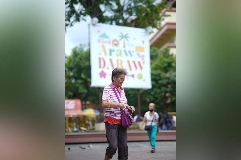 DAVAO. Daling gisulod sa usa ka senior citizen ang stub nga gipang apod-apod sa taga Davao City Hall ngadto sa mga naghulat sa Rizal Park aron di kini mawala. Ang mga hamtong nga adunay claim stub makadawat og tagsa ka kilong bugas, delata ug noodles. (Macky Lim)