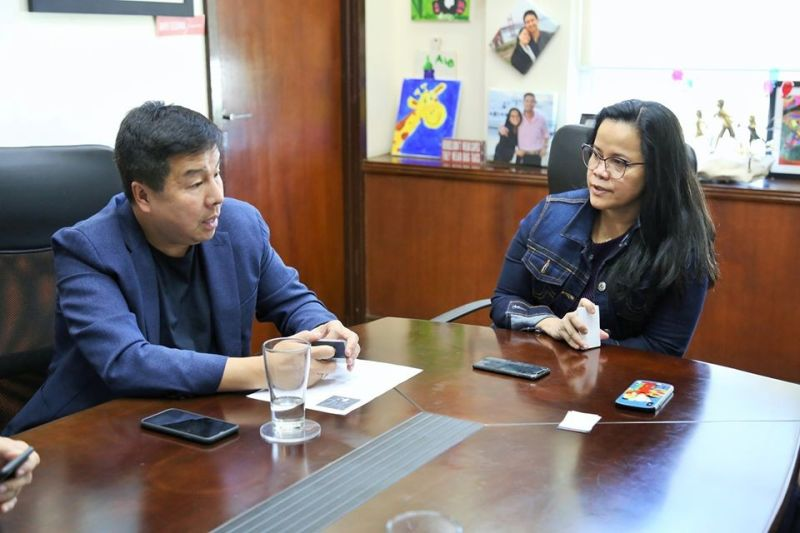PAMPANGA. Converge ICT Solutions chief executive officer Dennis Uy discusses with Subic Bay Metropolitan Authority Chair and Administrator Wilma Eisma the plan to establish a smart city inside the Freeport. (Contributed photo)