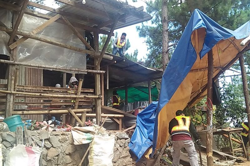 LA TRINIDAD. A least 200 personnel from the different government agencies and the local government unit of La Trinidad demolished illegal structures within the Puguis Communal Forest. (Photo by Lauren Alimondo)