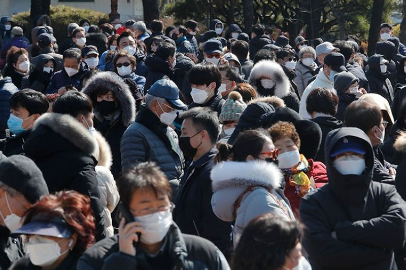 SOUTH KOREA. People line up to buy face masks to protect themselves from the new coronavirus outside Nonghyup Hanaro Mart in Seoul, South Korea, Thursday, March 5, 2020. (AP)