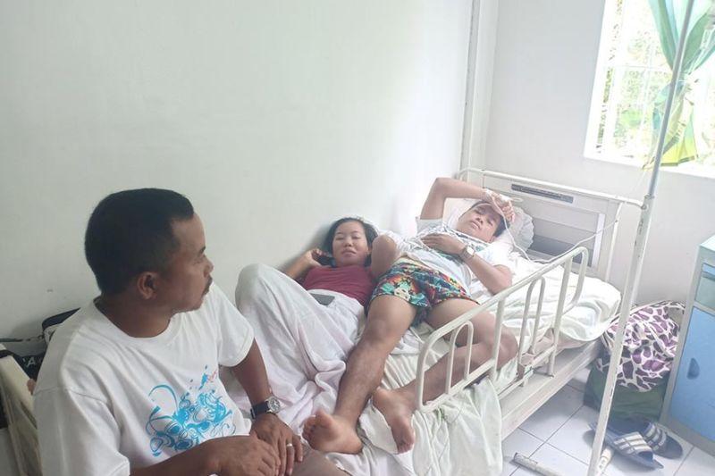 DAVAO. Usa ang 7 anyos nga batang si Ryan, taga Tagaytay, Magsaysay, Davao del Sur, na-admit sa ospital sa Bansalan tungod sa cholera. Samtang lain pang pasyente ang naospital human nagkalibanga. (Orlando B. Dinoy)