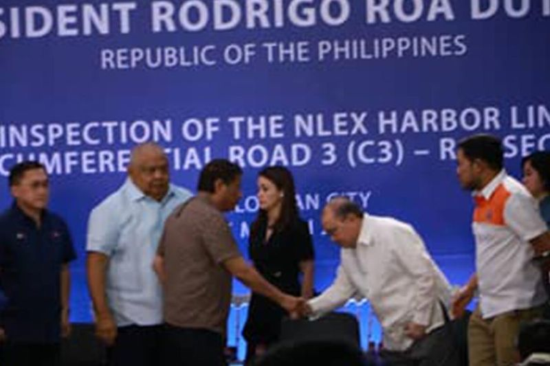 PAMPANGA. President Rodrigo Duterte is greeted by Metro Pacific Tollway Corporation Chairman Manny V. Pangilinan during Thursday's progress inspection of the NLEX Harbor Link C3- R10 Section, the new 2.6-km elevated expressway from Caloocan Interchange, C3 Road, Caloocan City to Radial Road 10, Navotas City. Joining them are Senator Bong Go, Executive Secretary Salvador Medialde and DPWH Sec. Mark Villar. (Photo by Chris Navarro)