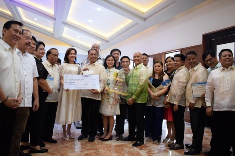 TARLAC. Governor Susan Yap (6th from left) and Department of the Interior and Local Government Provincial Director Belina Herman (6th from right) lead the awarding of recognition and cash incentive of PhP1 million each to the municipalities of Capas, Gerona, Moncada, Pura, San Clemente, San Jose, Sta. Ignacia and Victoria and the city of Tarlac for passing the 2019 Seal of Good Local Governance. (Photo from PIA-Central Luzon)