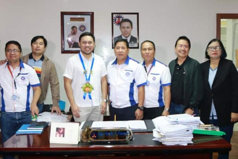 PAMPANGA. Department of Public Works and Highways Secretary Mark Villar and DPWH director Roseller Tolentino join (L-R) DPWH-Pampanga 2nd District engineer Gregorio Audea, 3rd Asst. District engr. Arnold Ocampo, 1st District engr. Almer Miranda, 3rd District engr. Tito Salvador and asst. regional director Lita Manalo during Villar's visit to the DPWH Regional Office, Sindalan, City of San Fernando last Friday, March 6. (Photo by Chris Navarro)