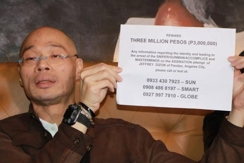 PAMPANGA. Businessman Jeffrey Dizon show to mediamen a copy of his notice offering P3 million to anyone who can provide information about the identity of the gunman and mastermind behind the slay attempt. (Photo by Chris Navarro)
