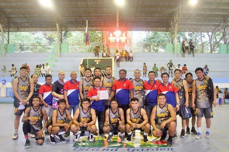 DAVAO. Ang Barangay Peñaplata sa Island Garden City of Samal (Igacos) ang mikampeyon sa Inter - Barangay Basketball Tournament 2020 (Open Division) Champion sa isla, gipildi ang Brgy. Tagbaobo, 105 - 96 sa pagtapos sa 5-minutos nga overtime. Giila sab nga Finals MVP si Henry Romarate sa Barangay Peñaplata nga usa sab sa Mythical Five - Point Guard (ikaupat sa wala, atubangan, samtang si Randy Ferrer ang Mythical Five - Best Power Forward (una sa tuo, ikaduhang row). Anaa sab sa hulagway sila Vice Mayor Richard Guindolman, miyembro sa 8th City Council ug Executive Assistant for Political Affairs Mark Latras, isip representante ni Mayor Al David T. Uy. (Pinaambit nga hulagway)
