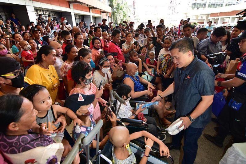 DAVAO. Midunol og mga dulaan sa mga batang pasyente sa House of Hope ug Southern Philippines Medical Center (SPMC) si Senator Christopher Lawrence