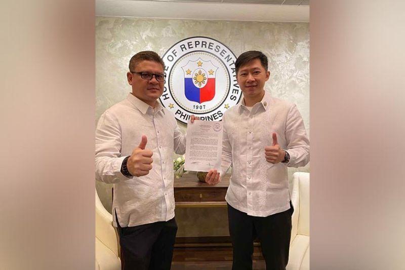 DAVAO. Si Davao City First District Representative Paolo Duterte, kauban ang co-author nga si House Committee on Appropriations chairman ug ACT-CIS Representative Eric Yap. (Hulagway gikan sa Cong. Duterte Official)