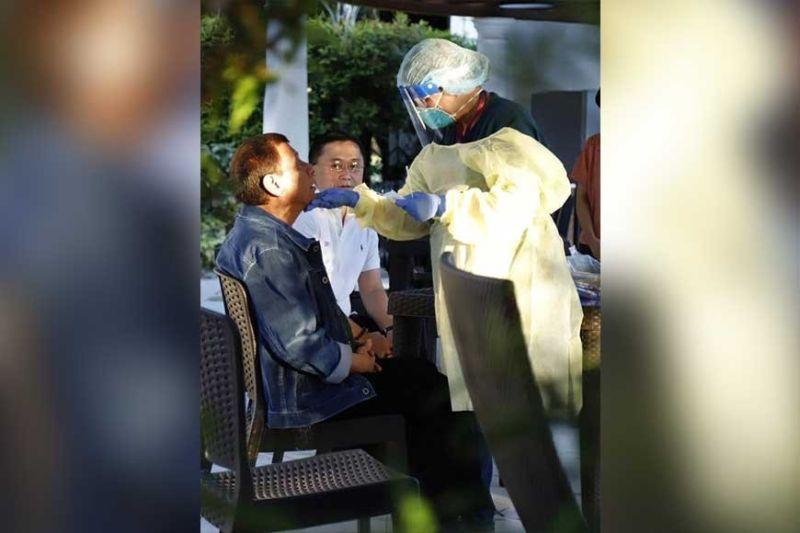 """COVID TEST: Si Presidente Rodrigo Duterte mipailawom sa coronavirus disease (Covid-19) test sa Malacañang sa wa pa siya mopahibawo sa tibuok nasod sa pagpailawom sa Metro Manila sa """"community quarantine"""" kun lockdown. Way makasulod, makatugpa o makadunggo sa Metro Manila sud sa 30 ka adlaw. (Gikan sa opisina ni Senador Bong Go)"""