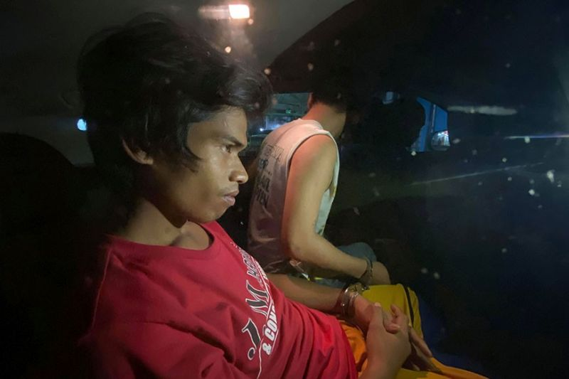 'KILLER' CONTEMPLATION. Patricio Lapinid (red shirt), the prime suspect in the murder of 18-year-old James Danyel Espinosa, seems to be in deep thought while sitting with another detainee (not his cohort) inside the patrol car of the Pardo Police Station shortly after his arrest Wednesday night, March 11, 2020. A witness identified Lapinid as the one who stabbed Espinosa to death in Barangay Poblacion Pardo last Tuesday night, March 10. (Sunstar Photo / Benjie Talisic)