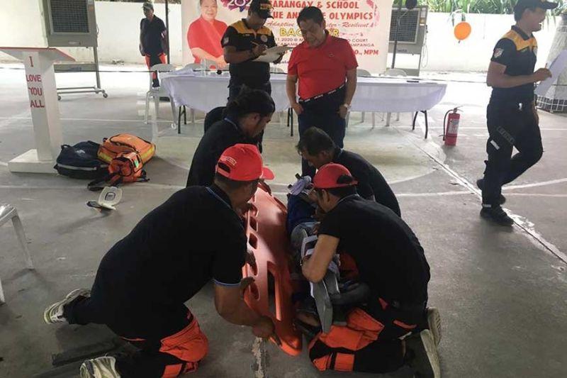 PAMPANGA. Mayor Eduardo Datu observes the training simulations for trainees of the town's disaster response workshop. (Ian Ocampo Flora)