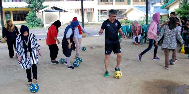 MARAWI. AFC B licensed coach Percy Guarin teaches the teachers of Marawi City the basic futsal skills during the first pace of the Liga Eskwela in October last year. (Jack Biantan)