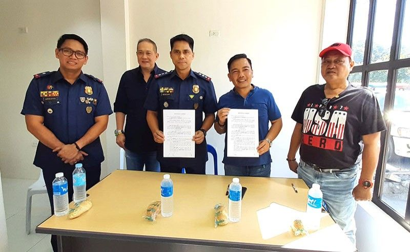 AGREEMENT. (From left) Police Maj. Keith Allen Andaya, Association of Barangay Councils Cebu City Chapter President Franklyn Ong, Cebu City Police Office Officer-in-Charge Col.  Engelbert Soriano, Banilad Barangay Captain Dennes Tabar and Banilad Barangay Councilor Billy Ouano during the signing of a memorandum of agreement on the use of the old Banilad barangay hall as a police detachment. Contributed Photo