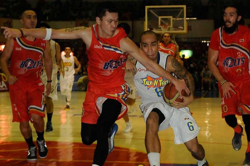 NEW START. Former PBA player Eliud Poligrates (wearing No.6) drives to the basket in a PBA game held in Cebu. Poligrates gets a fresh start as Rizal signs him for the next season of Maharlika Pilipinas Basketball League. (SunStar File Photo)