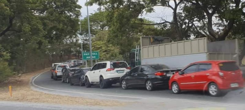 PAMPANGA. Vehicles going to and out of the NLEx in Pampanga find themselves in a long line after checkpoints have been established by police. (Chris Navarro)