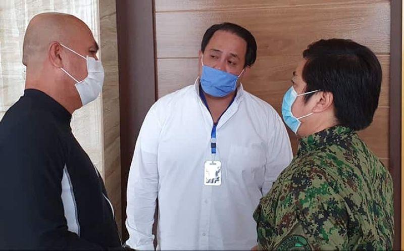 PAMPANGA. Governor Dennis Pineda discusses with Mabalacat City Mayor Cris Garbo and Pampanga police Director Jean Fajardo measures on how to curtail rising Covid-19 cases in Pampanga. (Chris Navarro)