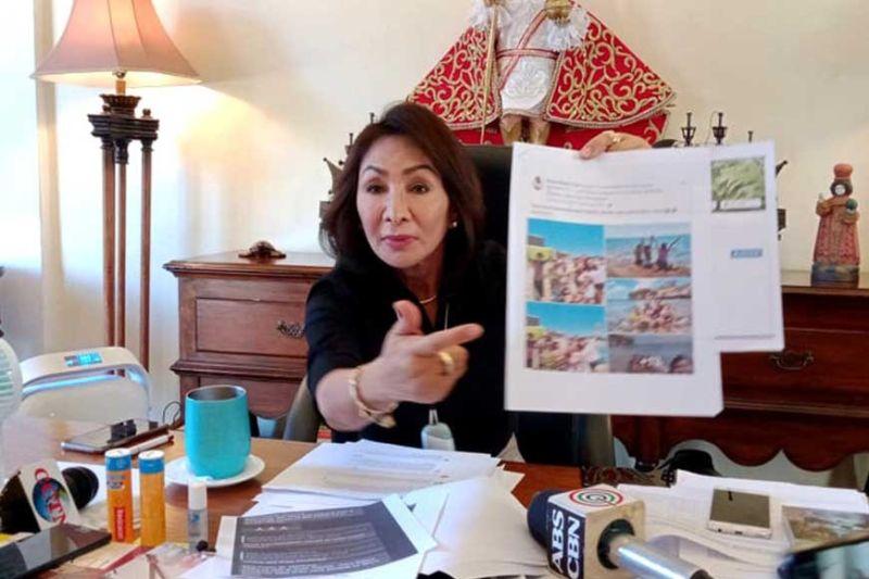 PAGKASIPAT. Si Cebu Governor Gwendolyn Garcia mipakita sa mga hulagway sa mga tawo nga nag-party ug nagtapok bisan sa gipatuman nga quarantine sa Sugbo. Ang ilang gibuhat gikasuko ni Garcia taliwa sa hulga sa coronavirus disease (COVID-19), (Arvie N. Veloso)